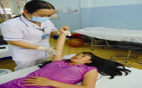 Cô gái trẻ và cánh tay bị liệt