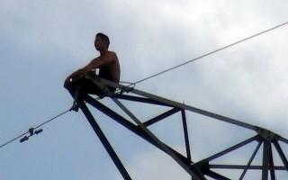 Cúp điện nhiều khu công nghiệp để giải cứu người leo cột điện