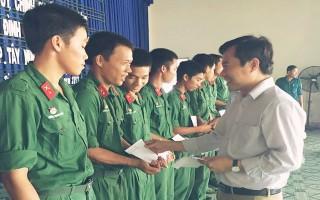 Chủ tịch UBND thành phố Tây Ninh thăm chiến sĩ mới nhập ngũ