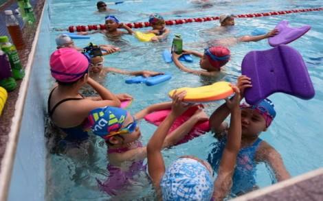Người viêm tai ngoài do đi bơi tăng đột biến