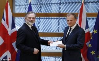 Giây phút lịch sử tiến trình Brexit: Anh trao điều 50 tới Chủ tịch EC