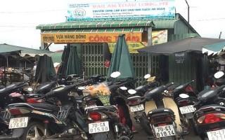 Điểm giữ xe bao vây cửa hàng rau sạch