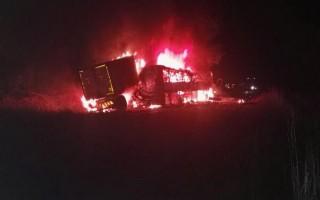 Xe buýt bốc cháy khi đâm xe chở hàng, 17 người thiệt mạng