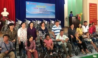 Trao tặng xe lăn, xe đạp và học bổng cho học sinh nghèo