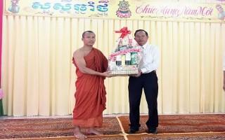Lãnh đạo tỉnh chúc tết cổ truyền của đồng bào dân tộc Khmer ở xã Thạnh Tân