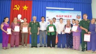Tặng quà cho gia đình chính sách huyện Châu Thành