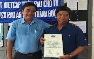 Trao giấy chứng nhận VietGap cho tổ hợp tác rau an toàn Thành Được