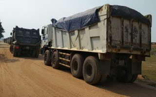 """Xe tải chở cát """"án binh bất động"""" trên đường 781"""