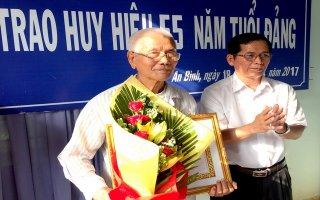 Châu Thành: Trao huy hiệu 55 năm tuổi Đảng