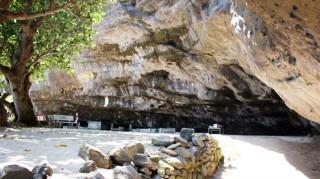 """""""Đường xuống âm ty"""" ở ngôi chùa trong vách đá"""