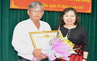 Trao huy hiệu 30 năm tuổi Đảng cho Chủ tịch UBND huyện Tân Châu