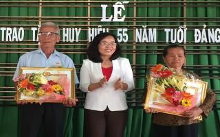 Trao huy hiệu 55 năm tuổi đảng cho đảng viên ở Châu Thành