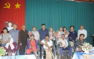 Tặng xe lăn cho NKT nghèo