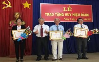 Trao huy hiệu đảng cho đảng viên ở phường Ninh Sơn và phường IV