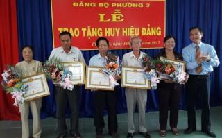 Trao tặng huy hiệu Đảng cho đảng viên Thành phố Tây Ninh và Gò Dầu