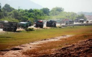 Phạt nhiều xe chở cát quá tải trong hồ Dầu Tiếng