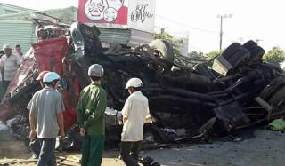 Ôtô giường nằm đấu đầu xe tải, hơn 10 người tử vong