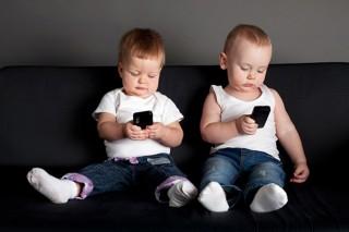 Máy tính bảng, điện thoại là nguyên nhân khiến trẻ chậm nói