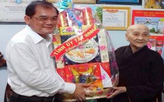 Phó Bí thư Thường trực Tỉnh uỷ thăm chức sắc Phật giáo nhân lễ Phật đản