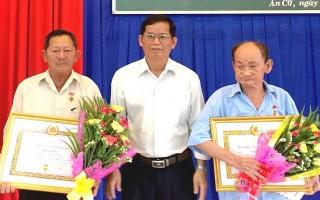 Châu Thành: Trao huy hiệu 40, 45 năm tuổi Đảng