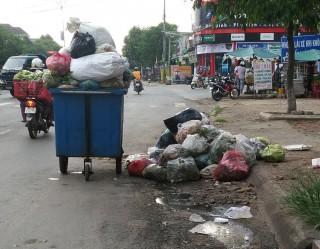 Xe đẩy rác gây cản trở giao thông