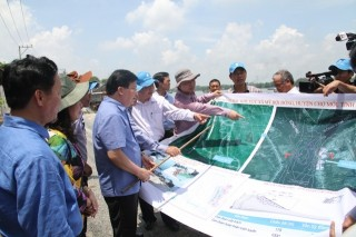 Phó Thủ tướng Trịnh Đình Dũng khảo sát tình trạng sạt lở tại An Giang