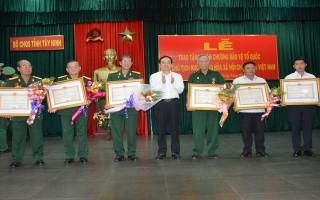 Trao Huân chương Bảo vệ tổ quốc cho cán bộ LLVT Tây Ninh