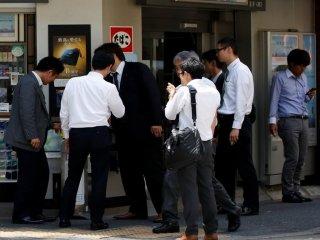 """Tokyo """"vật vã"""" với nạn hút thuốc nơi công cộng trước thềm Olympic"""