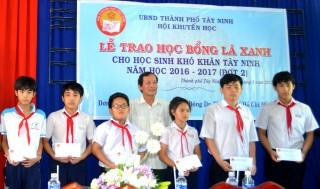 Trao học bổng Lá xanh cho học sinh Tây Ninh