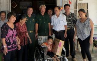 Trao xe lăn cho nạn nhân chất độc da cam/dioxin