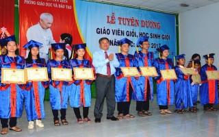 Tân Biên: Tuyên dương giáo viên, học sinh giỏi năm học 2016-2017