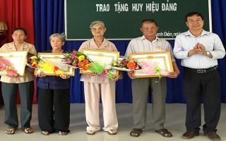 Châu Thành: Trao huy hiệu 40 năm tuổi đảng cho 4 đảng viên