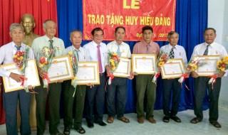 Phó Bí thư Thường trực Tỉnh ủy trao huy hiệu Đảng cho đảng viên huyện Trảng Bàng