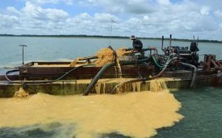 Bắt quả tang một ghe hút cát trái phép trong hồ Dầu Tiếng