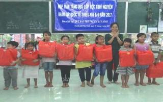 Tặng quà cho học sinh các lớp học tình nguyện ở thành phố Tây Ninh