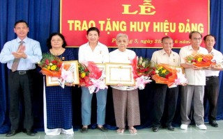 Thành uỷ Tây Ninh: Trao huy hiệu cho các đảng viên ở phường II, phường III
