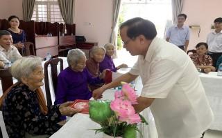 Nguyên Bí thư Thành ủy Hà Nội thăm, tặng quà các mẹ VNAH huyện Châu Thành