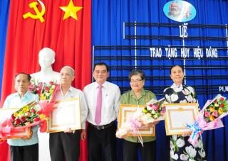 Trao Huy hiệu Đảng cho đảng viên tại Phường I