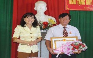 Trao huy hiệu Đảng cho Trưởng ban Tuyên giáo huyện uỷ Hoà Thành