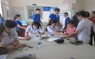 Huyện đoàn Dương Minh Châu: Khám bệnh, cấp thuốc miễn phí cho người dân xã Lộc Ninh