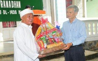 UB.MTTQVN tỉnh Tây Ninh: Thăm, chúc mừng lễ Roya Ramadan của đồng bào dân tộc Chăm