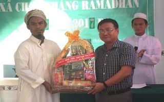 Phó Trưởng Ban Dân vận Tỉnh ủy thăm, chúc mừng lễ Ramadan tại huyện Tân Biên
