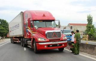 Bắt tài xế xe container hất văng cảnh sát xuống đường