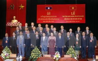 Lễ trao Huân chương tặng lãnh đạo 15 tỉnh của nước bạn Lào
