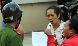 Người phụ nữ đuổi đánh chủ tọa khi bị tuyên thua kiện