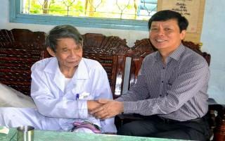 Thứ trưởng Bộ LĐTB&XH thăm, tặng quà Anh hùng LLVTND Phan Văn Điền