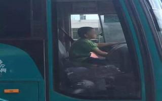 """Cậu bé Trung Quốc 9 tuổi """"cướp"""" xe buýt đi dạo phố suốt 40 phút"""