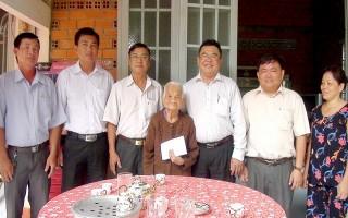 Bí thư Huyện ủy Trảng Bàng thăm, chúc thọ đảng viên cao tuổi