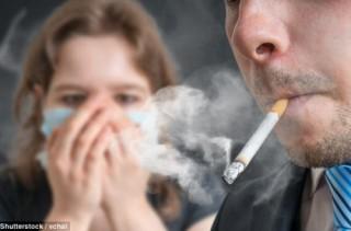 Trẻ hít phải khói thuốc lá thụ động dễ bị viêm khớp khi trưởng thành