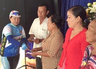 Trao thẻ BHYT cho hộ nghèo ở Hoà Thành